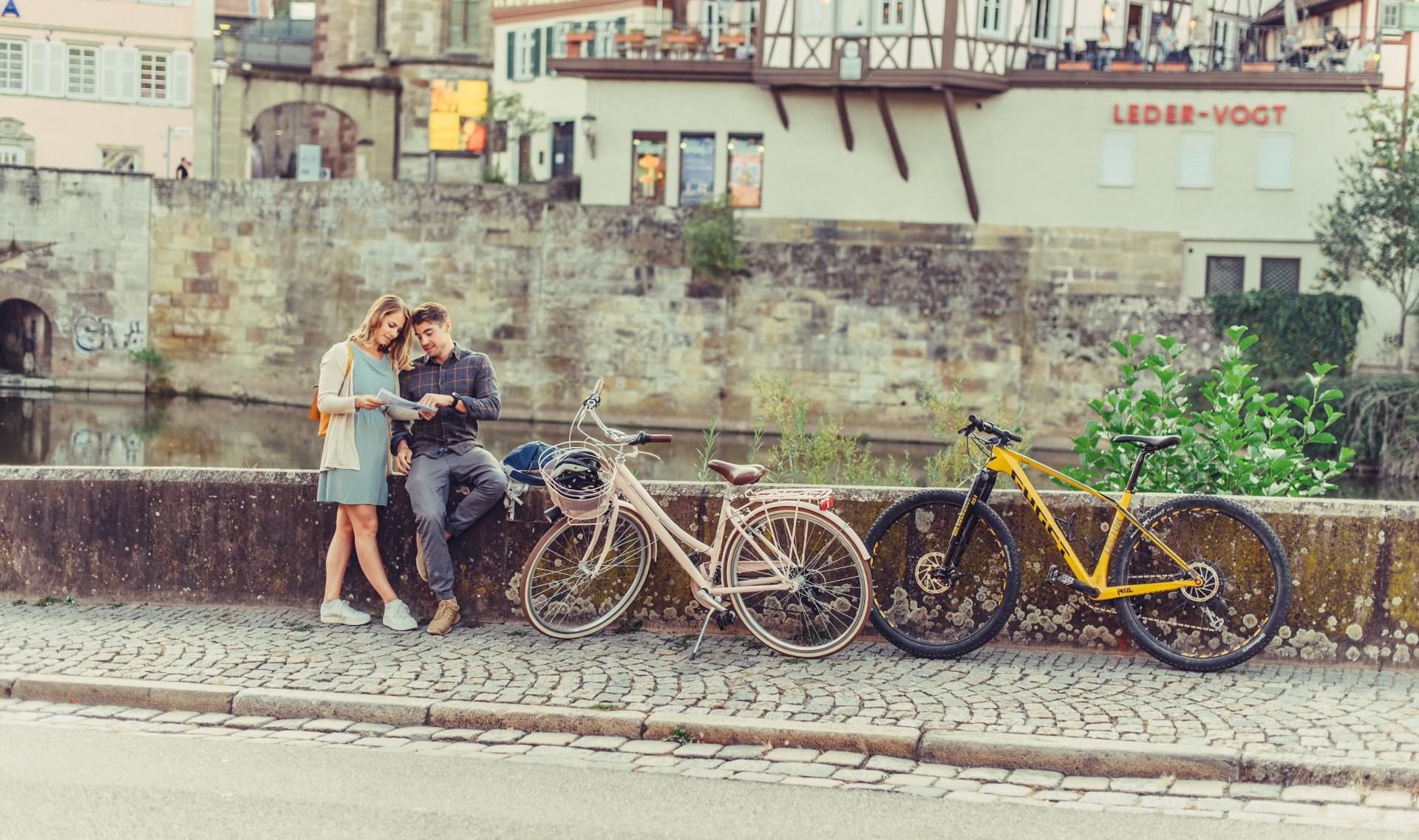 Radfahrer mit Karte am Kocher in Schwäbisch Hall