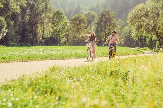 Radfahrer auf dem Radweg zwischen Wengen und Untergröningen