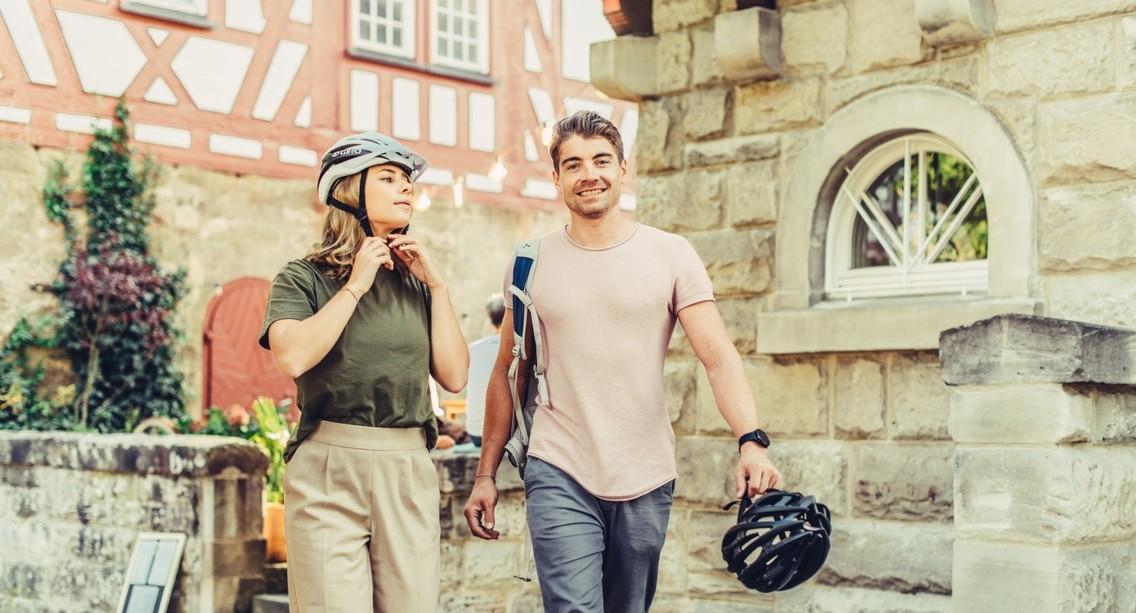 Radfahrer ziehen sich den Helm an